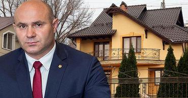 Глава МВД живет в двухэтажном доме, подаренном родителями.