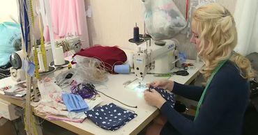 Женщина из Кишинева шьет маски, защищающие от инфекции