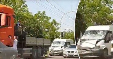 В столице столкнулись микроавтобус с пассажирами и грузовик. Коллаж: Point.md.