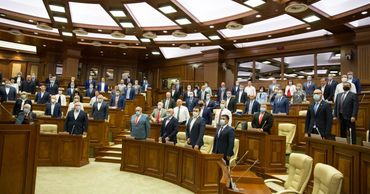 Депутаты парламента почтили минутой молчания память медицинских работников.