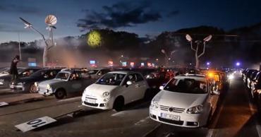 В Германии устроили автодискотеку с участием сотен машин.