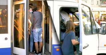 Несмотря на угрозу COVID-19, общественный транспорт переполнен. Коллаж: Point.md