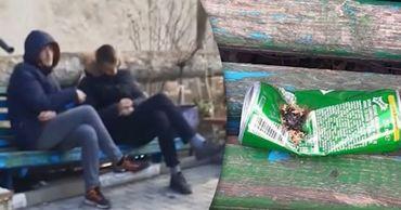 В Бельцах задержали молодых людей, принимавших наркотики на скамейке