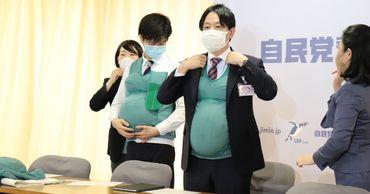 В Японии политики два дня носили искусственные животы и грудь