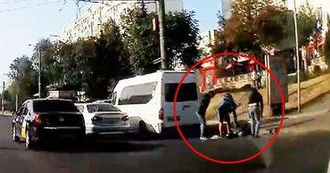 На пешеходном переходе в Кишиневе сбили парня.