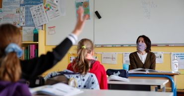 Власти уменьшили расстояние социальной дистанции в учебных заведениях.