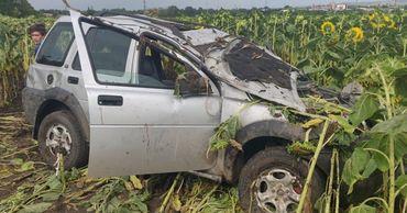 """В Александренах Land Rover """"вылетел"""" с трассы: пострадали два человека."""