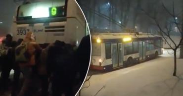 В Кишиневе пассажиры толкают троллейбусы, застревающие в снегу.