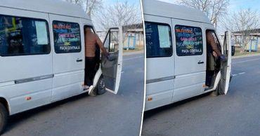 Маршрутки из Малых Милешт переполнены, пассажиры не могут закрыть дверь.