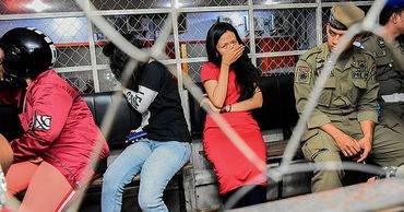 В Индонезии десятки неженатых пар арестованы в День святого Валентина.
