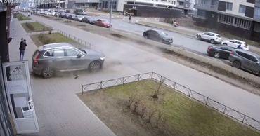 В Петербурге отец спас ребенка из-под колес внедорожника