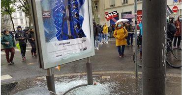 Полиция распылила слезоточивый газ на демонстрации в Лионе.