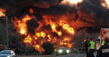 Поезд с топливом взорвался после столкновения с грузовиком в США.