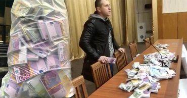 Григорчук принес на Общее собрание судей мешок с деньгами.