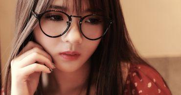 В Японии женщинам запрещают появляться на работе в очках.