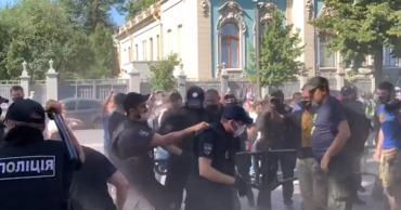 Протестующие у Верховной рады подрались с полицией