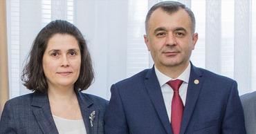 ZdG: Новый премьер назначил главой Госканцелярии свою куму.