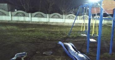 Вандалы разгромили детскую площадку в Комрате.