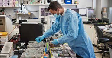 Американские ученые проверят на людях новое лекарство от COVID-19.
