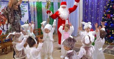 Новогодние утренники в детсадах столицы пройдут в этом году без родителей.