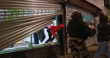 Мародёры устроили погромы и опустошили магазины в Филадельфии.