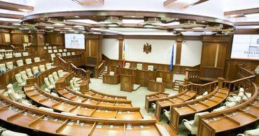 Депутаты объясняют отсутствие на заседании парламента коронавирусом.