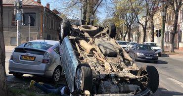 В центре Кишиневе на перекрестке столкнулись такси и легковушка.