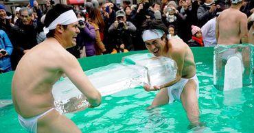 Более 100 японцев встретили новый год купанием в ледяной воде.