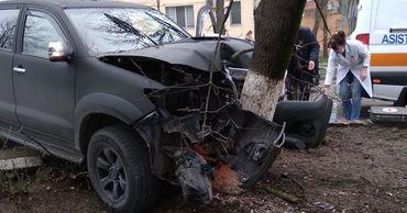 """В Кишиневе водитель Toyota """"слетел"""" дороги и въехал в дерево."""
