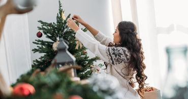Психолог назвала лучшее время для украшения новогодней елки.