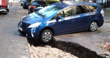 В столице из-за ливня автомобиль едва не провалился в яму.