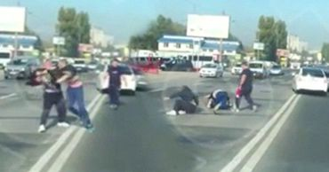 В столице водители затеяли драку посреди дороги.