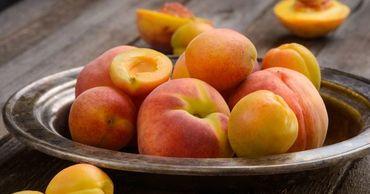 Одними из самых популярных летних фруктов считаются персики и абрикосы.