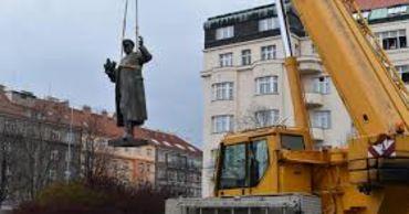 Москва пообещала ответить на снос в Праге памятника маршалу Коневу.