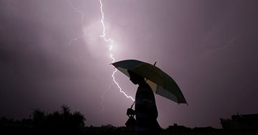 В Индии от ударов молний умерли более ста человек за двое суток.