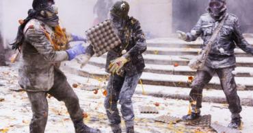 """В Испании устроили """"госпереворот"""" при помощи яиц и муки."""