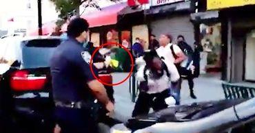 Очевидцы засняли выстрел полиции из шокера в чернокожего в Нью-Йорке.