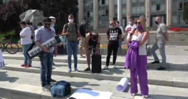 Певцы, музыканты, фотографы, владельцы кафе и ресторанов протестовали у правительства.