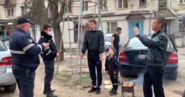 Пьяные молодые люди жарили шашлыки рядом с детской площадкой на улице Дечебал.