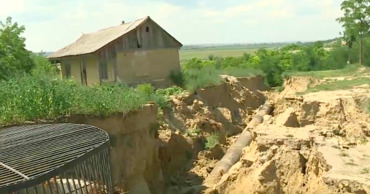 Несколько домов в селе Готешты могут провалиться под землю.