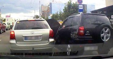 В Кишиневе засняли ДТП, в котором виноваты оба водителя.
