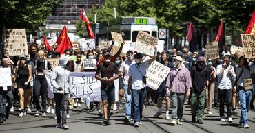 В Берлине манифестанты собрались у здания посольства Соединенных Штатов.