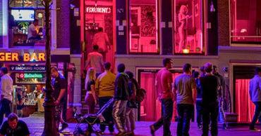 """В Амстердаме запретят групповые экскурсии по """"кварталу красных фонарей""""."""