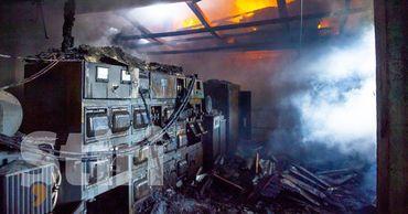 В столице произошел пожар на складе: с огнем боролись 6 расчетов.