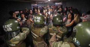 Из-за протестов в столице Чили введено чрезвычайное положение.