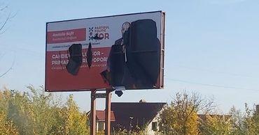 """В Яловенах неизвестные разорвали избирательный баннер кандидата в примары от партии """"Шор"""""""