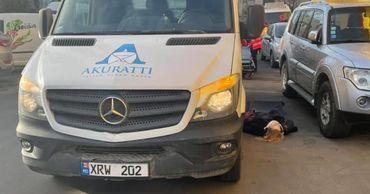 В Кишиневе на парковке супермаркета микроавтобус сбил женщину.
