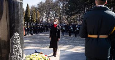Руководство страны почтило память погибших в вооруженном конфликте на Днестре.