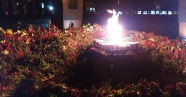 В столице гора цветов у мемориала «Вечность» достигла метровой высоты