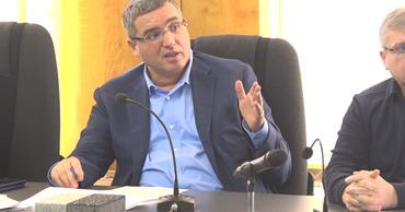 Ренато Усатый пришел на заседание градсовета с тротуарной плиткой.